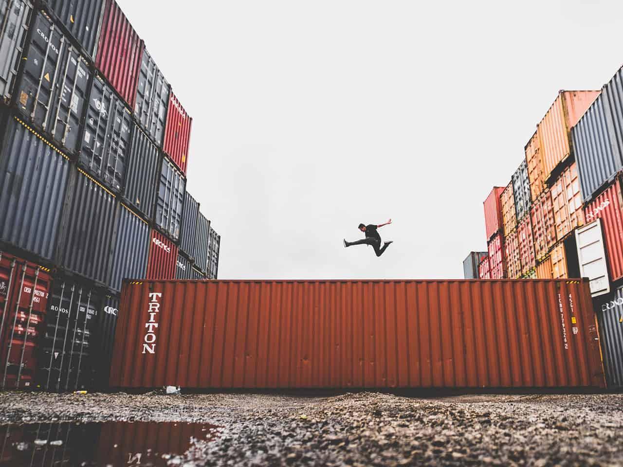 mezczyzna skaczacy na kontenerze